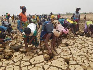 Goundi –le- barrage- s'ensable –et- à –mains- nues- la -population -tente –de- le- curer
