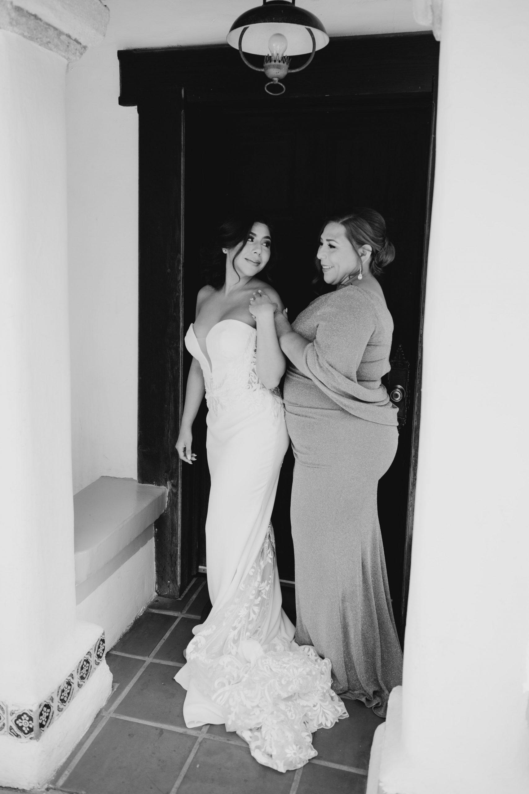 Bride and Mom getting ready at Rancho Las Lomas, image by Fatima Elreda Photo