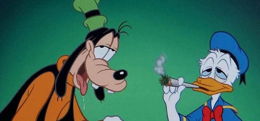 Fumando um beck e mostrando o rabo
