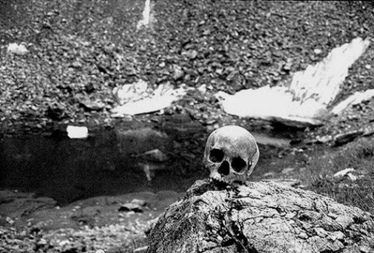 Mistério na Índia! Conheça o cemitério que só fica visível no verão