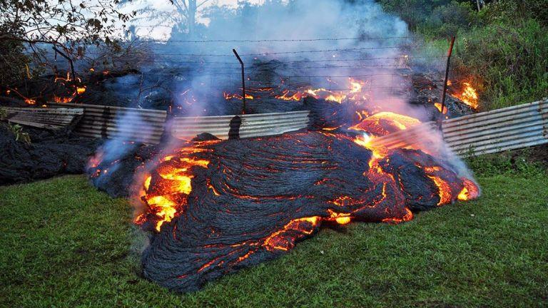 Moradores do Havaí deixam suas casas com avanço da lava do vulcão Kilauea