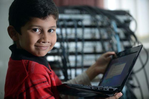 Prodígio de 5 anos é o menino mais jovem a passar em exame para técnico de TI da Microsoft
