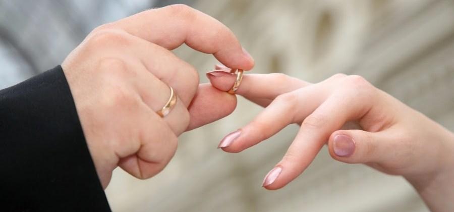 3eeebb72033 Por que usamos aliança no quarto dedo das mãos