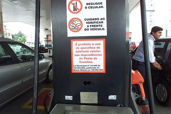 Cartaz em posto de gasolina alerta sobre a proibição do uso de telefone celular. A Prefeitura de São Paulo está em fase de regulamentação da lei 13.444, que proíbe o uso do telefone celular em postos de gasolina. (São Paulo, SP, 31.01.2003. Foto de Ormuzd Alves/Folhapress)