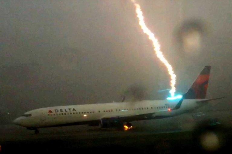 Avião é atingido diretamente por um raio e câmera registra o fenômeno