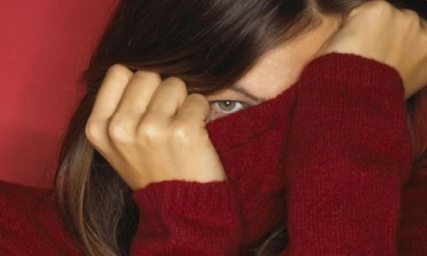 mulher-escondendo-rosto-vergonha-mentira-22468