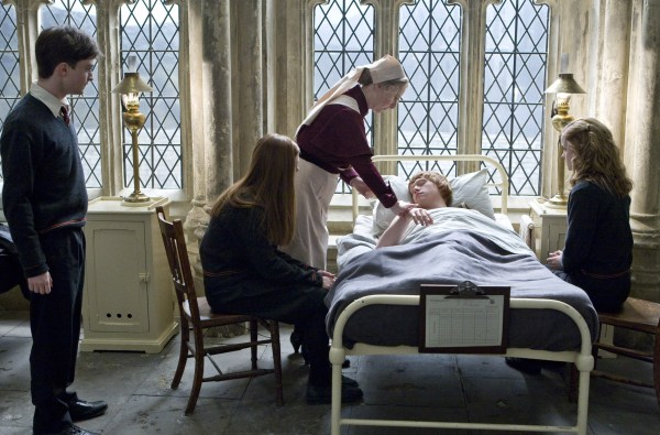Ron_Weasley_being_admit_on_the_Hospital_wing