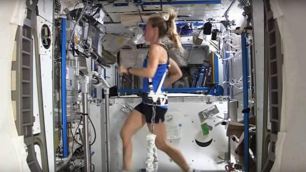 size_810_16_9_astronauta_no_espaco_exercitando