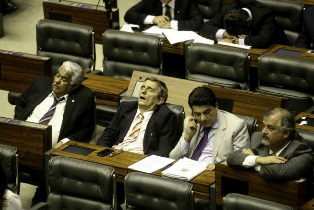Enquanto um deputado dorme outro atende o celular durante a sessão