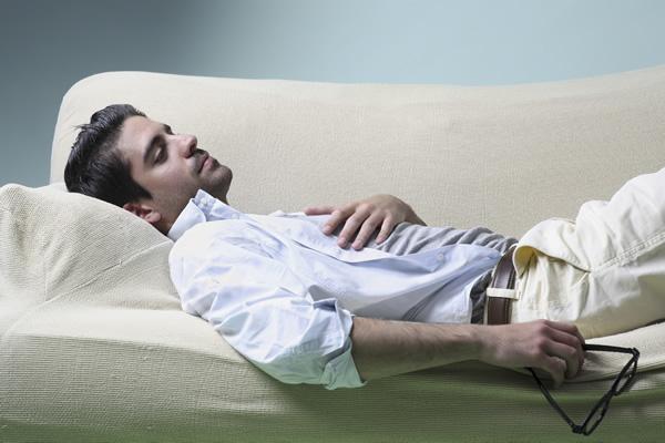 homem-pensativo-deitado-sofa
