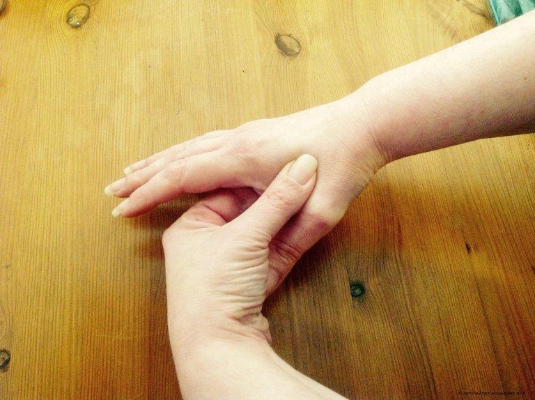 O que acontece quando você pressiona este ponto em sua mão por apenas 30 segundos?