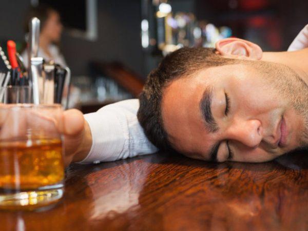 por que os pés ficam inchados depois de beber álcool