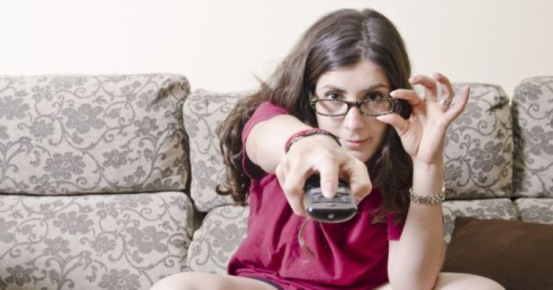 mulher-assistindo-tv