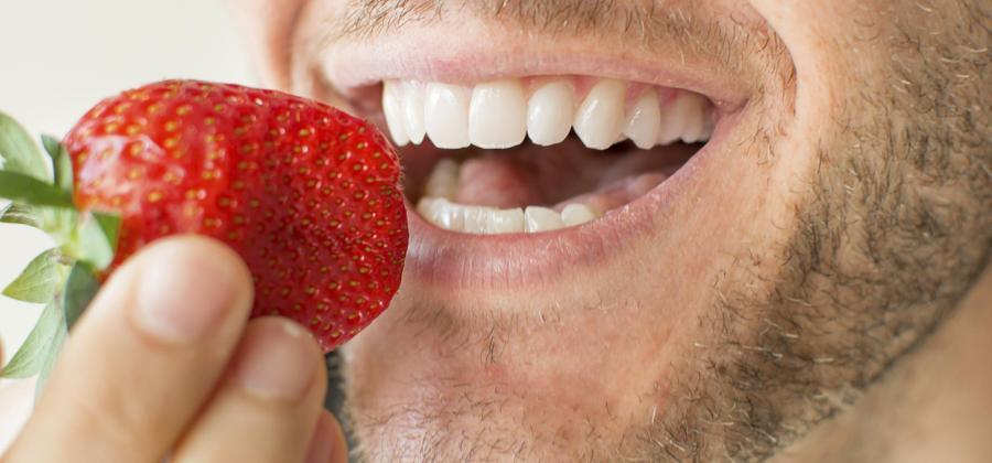 8 Comidas Que Ajudam A Clarear Seus Dentes Naturalmente