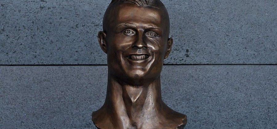 9cd4662d9c39c 7 terríveis estátuas de celebridades que não deram muito certo