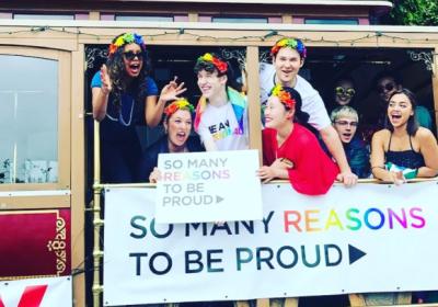 Elenco de 13 Reasons Why espalhou muito amor na parada do orgulho LGBT de  San Francisco ad66c8e97ee