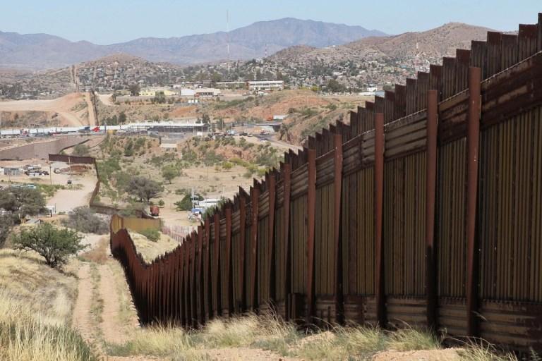 Mulher tenta atravessar o muro entre os EUA e México e viraliza na internet