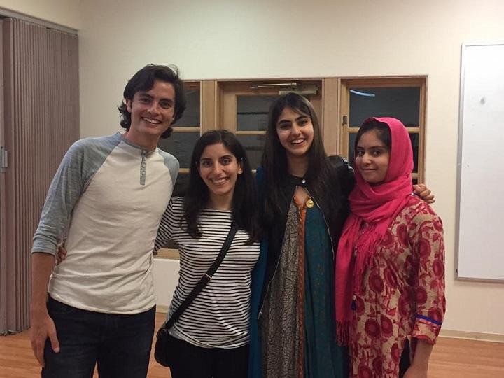 Essa garota muçulmana está convidando as pessoas a jantarem com sua família por um motivo muito importante