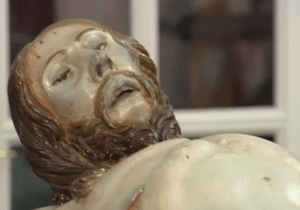 imagem post Encontrada cápsula do tempo dentro de escultura de Jesus Cristo do século 18