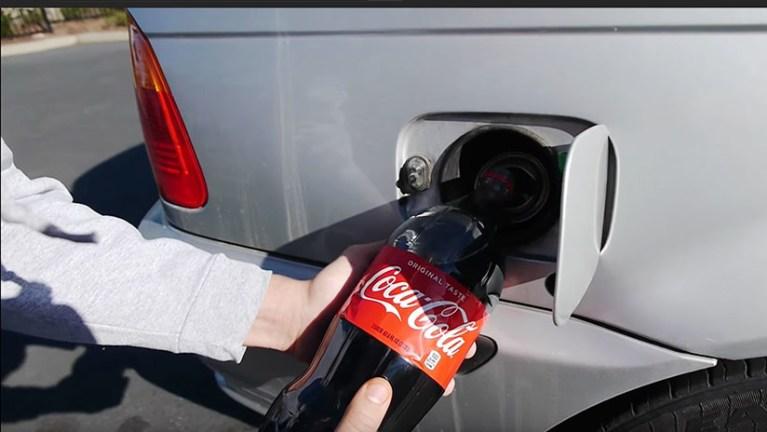 Isso é o que acontece quando você coloca refrigerante no tanque do seu carro