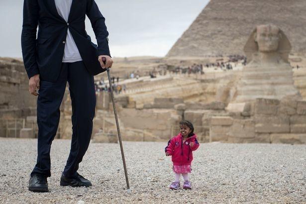 Veja como foi o encontro da mulher mais baixa com o homem mais alto do mundo