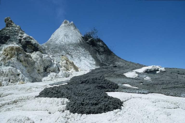 O vulcão mais frio do mundo expele lava negra