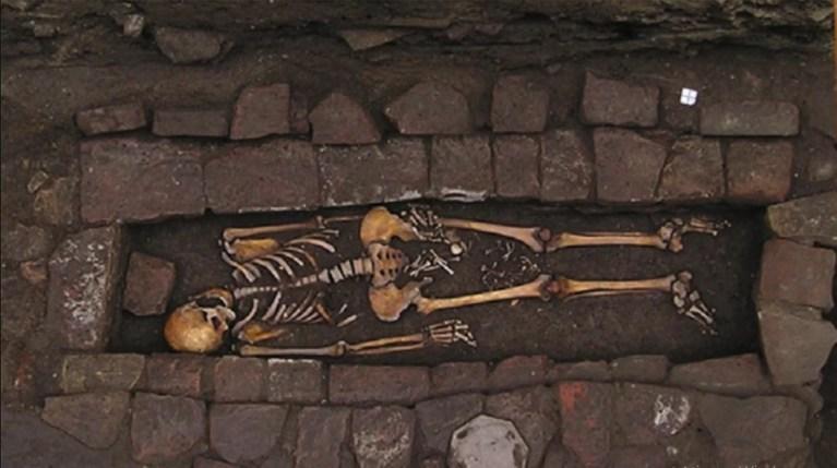 Mulher enterrada na Idade Média deu à luz dentro do caixão