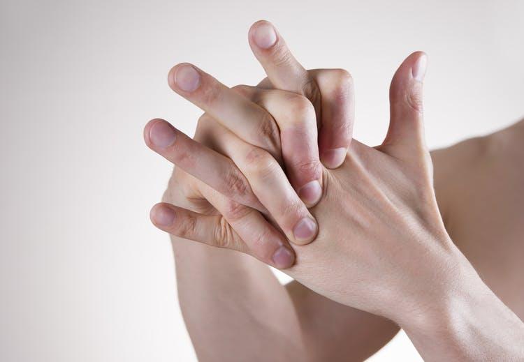 Entenda de onde vem o barulho esquisito quando você estala os dedos