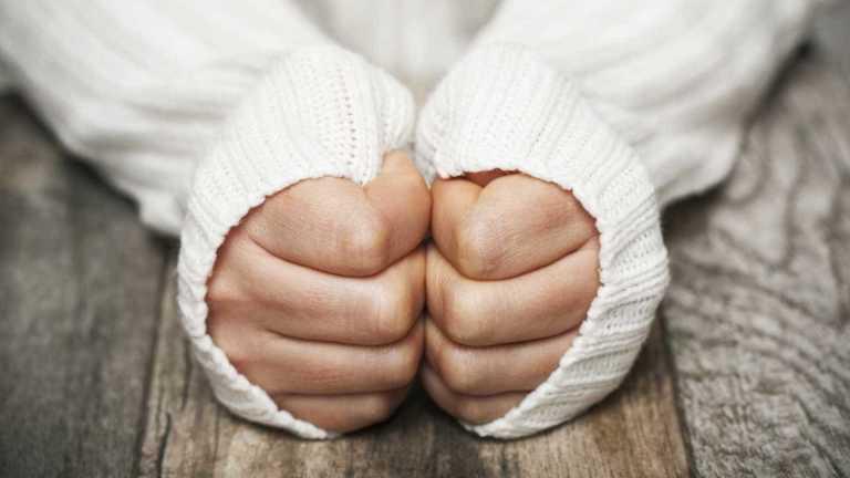 Ficar com as mãos muito frias o tempo todo pode significar alguma coisa