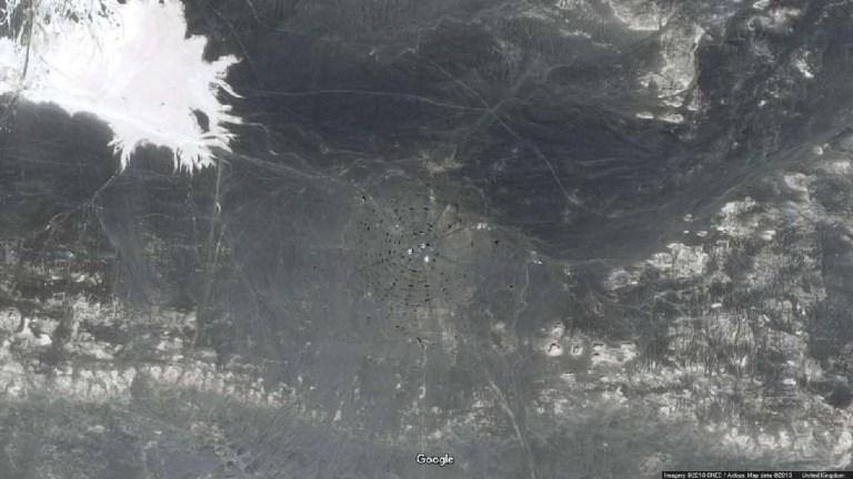 Internautas criam teorias sobre estruturas gigantes abandonadas em deserto na China