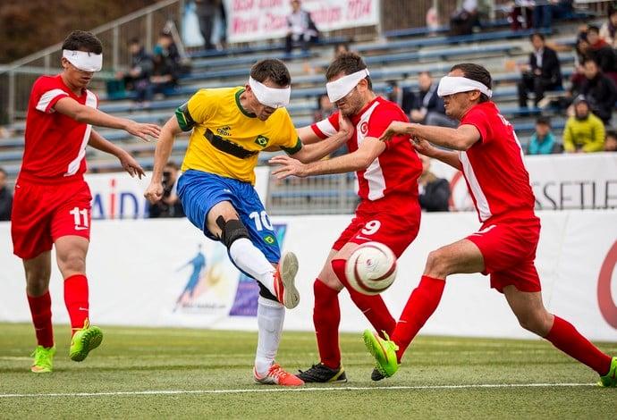 Como funciona uma partida de futebol de cegos?