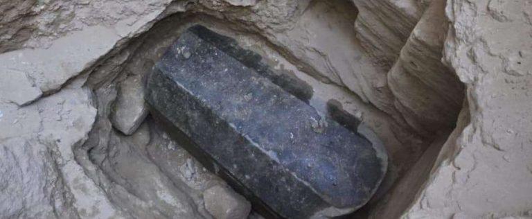 A história por trás das pessoas enterradas no Sarcófago Negro