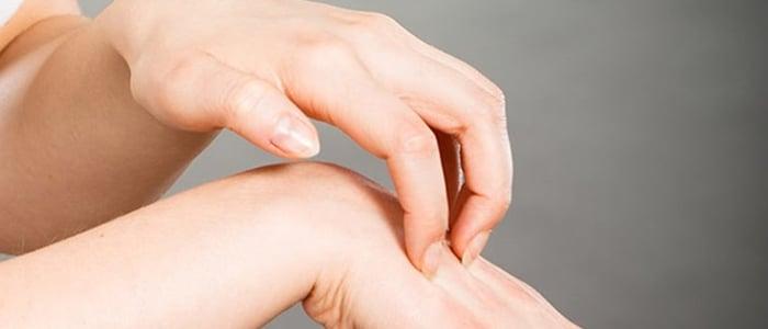 Coceira na mão e no pé pode indicar doença