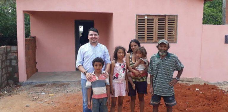 Padre usa dinheiro do dízimo e constrói casa para família sem condições