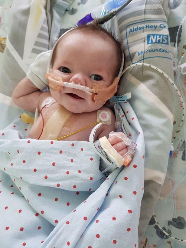 O bebê que sobreviveu a 25 ataques cardíacos em um mesmo dia
