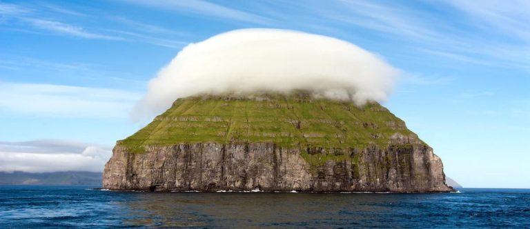 Essa ilha chama atenção por sempre estar cercada por uma nuvem, entenda o porquê