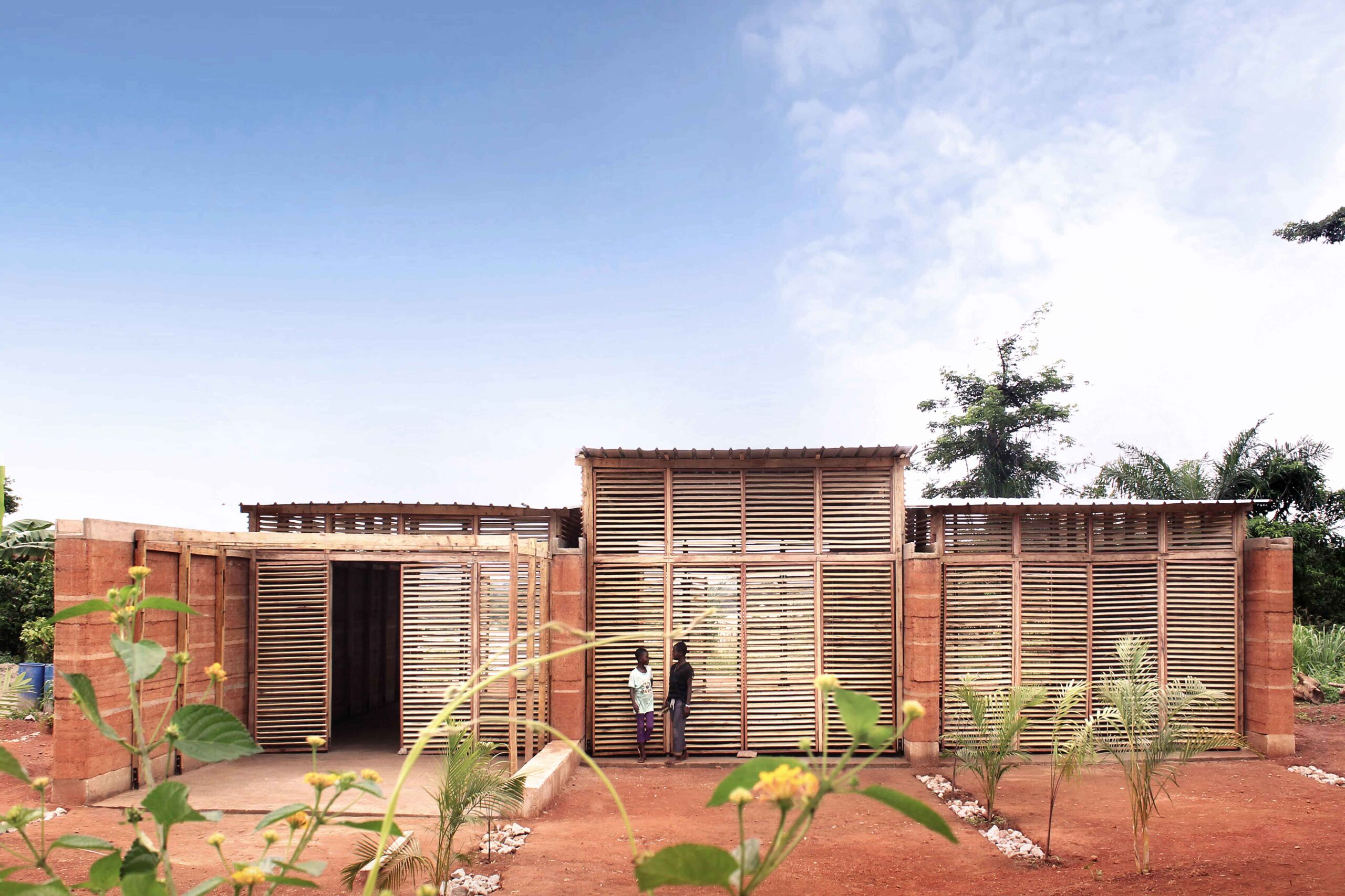 Escola foi feita à mão e é completamente sustentável