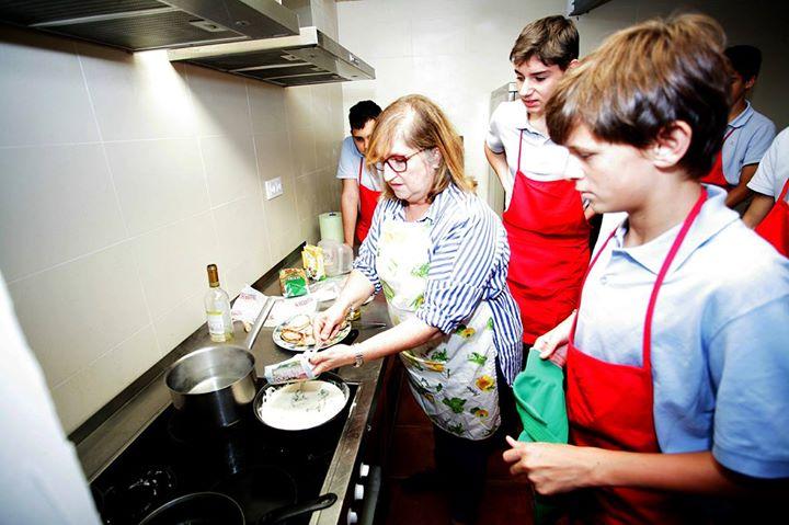 Conheça o colégio espanhol que ensina trabalho doméstico para os garotos