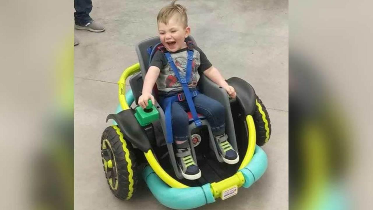 Alunos constroem cadeira de rodas motorizada para menino de 2 anos