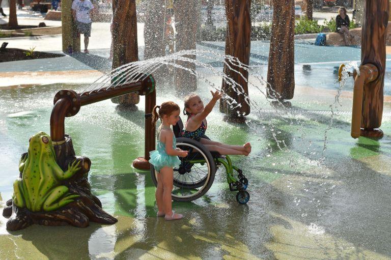 Conheça o primeiro parque aquático para pessoas com deficiência