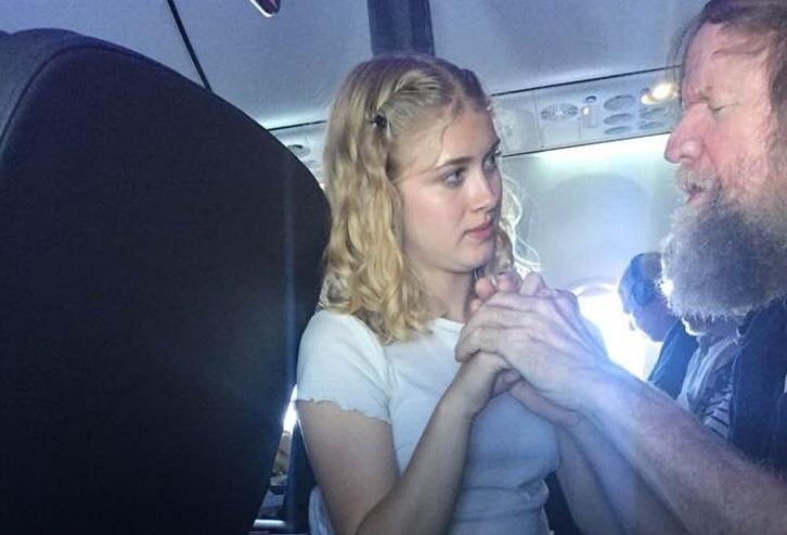 Garota de 15 anos ajuda homem cego e surdo a se comunicar durante voo