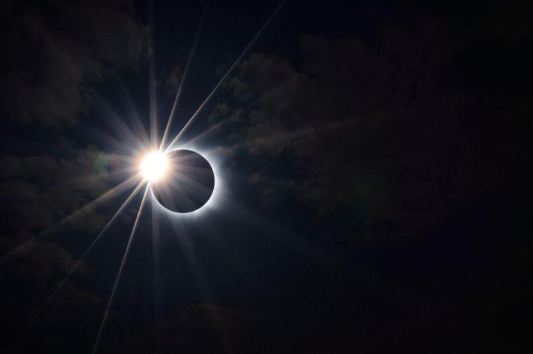 Como é um eclipse solar visto do espaço?