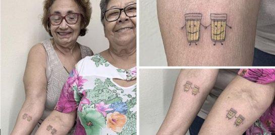 Duas senhoras resolveram comemorar amizade fazendo tatuagem juntas