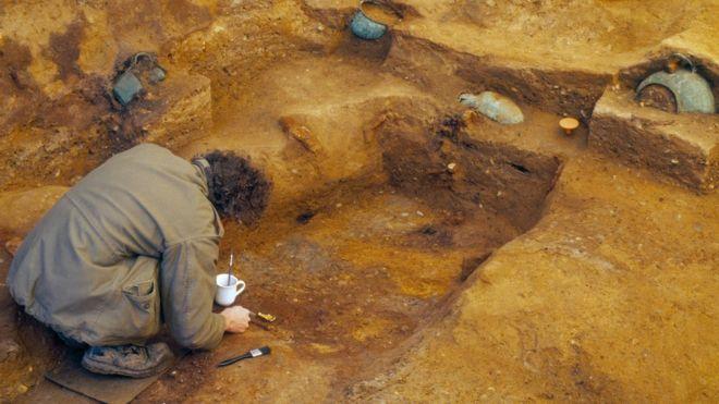 Tumba encontrada entre mercado e bar é chamada de Tutancâmon inglês