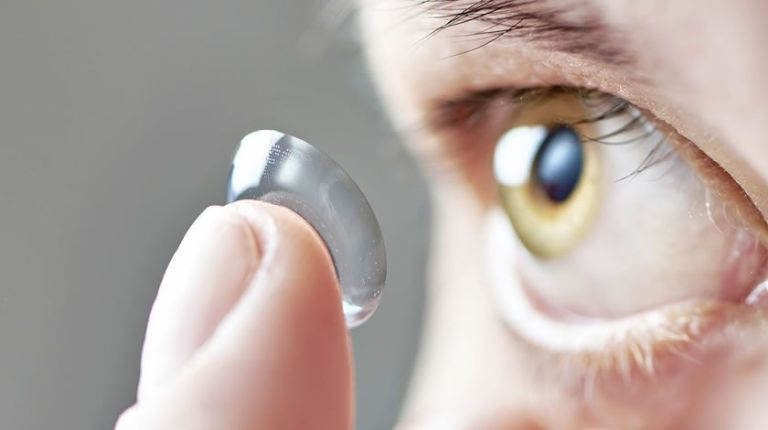 Homem fica cego após usar lentes de contato no banho