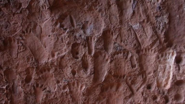 A gruta brasileira que possui marcas misteriosas nas paredes