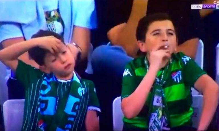 Esse menino, fumando no estádio de futebol em foto, tem 36 anos e já é pai
