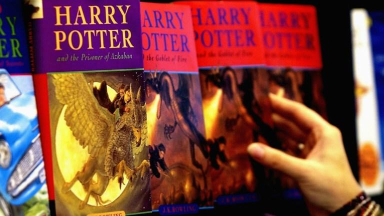 Livros de Harry Potter são banidos de escola americana por 'risco de invocação'