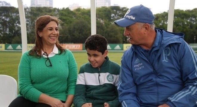 Essa brasileira está concorrendo a um prêmio após narrar jogo para filho cego