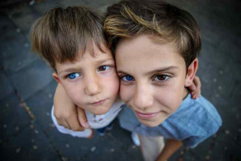 Por que esses irmãos nasceram com olhos de cores diferentes?